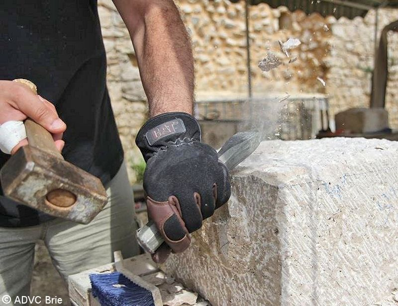 Château de Brie-Comte-Robert -- Taille de pierre, travail de la chasse - © ADVC Brie
